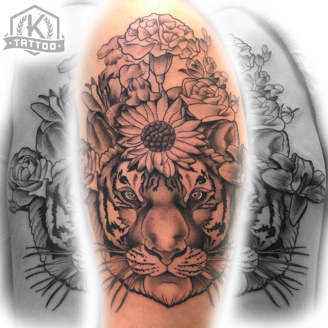 blackandgrey_tiger_face_flower